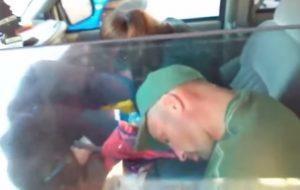 YOUTUBE Coppia in overdose in auto con i due bimbi seduti dietro