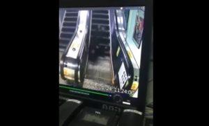 YOUTUBE Anziano cade dalle scale mobili e rotola giù: nessuno interviene