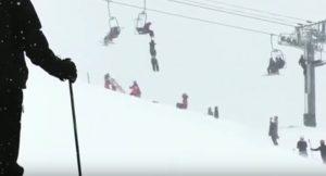 YOUTUBE Scivola da seggiovia e resta appeso per il collo, sciatore salvato da acrobata