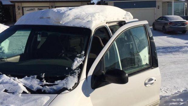 Guida con troppa neve sul tettuccio, 240 dollari di multa FOTO