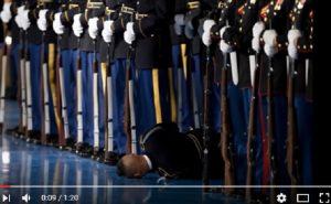 YOUTUBE Barack Obama alla base militare di Arlington, soldato sviene