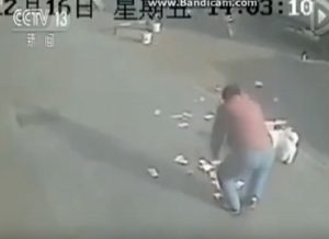 YOUTUBE Vento gli fa volare via le banconote: ecco come reagiscono i passanti