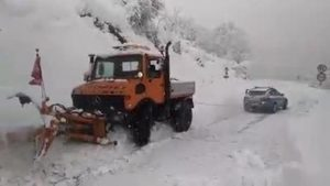 YOUTUBE Troppa neve in Abruzzo: Polizia salva lo spazzaneve in panne...