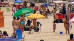 YOUTUBE Ladro inseguito e picchiato in spiaggia: la reazione dei bagnanti