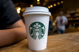 Starbucks contro Trump: assumerà 10mila rifugiati nel mondo
