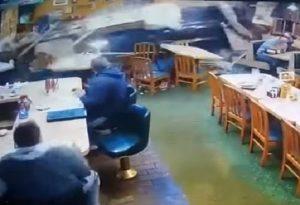 YOUTUBE Suv sfonda parete del ristorante, famiglia salva per miracolo