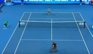 YOUTUBE Novak Djokovic sfida campione paraolimpico tennis su sedia a rotelle e...