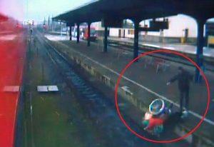 YOUTUBE Anziana in carrozzella spinta sui binari del treno: VIDEO choc