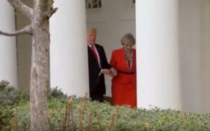 YOUTUBE Trump scende le scale mano nella mano con Theresa May. Lei svela il perché