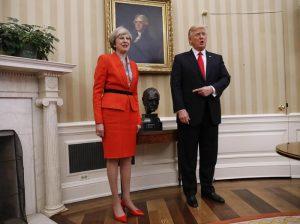 """Trump riceve Theresa May: """"Ridiamo prosperità ai nostri popoli"""" (foto Ansa)"""