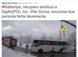 Autobus fuori strada a Sigillo (Perugia): vigili del fuoco all'opera nella neve