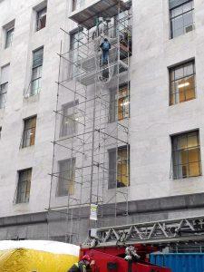 Uomo si arrampica su impalcatura esterna tribunale Milano