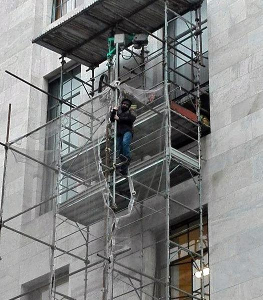 Milano: Palazzo di giustizia, sale su impalcatura e minaccia di buttarsi