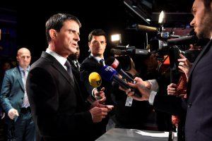 YOUTUBE Manuel Valls schiaffeggiato da un 19enne: la scorta lo atterra