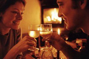 """""""Effetto aperitivo"""", vino stimola cervello facendo aumentare appetito: studio conferma"""