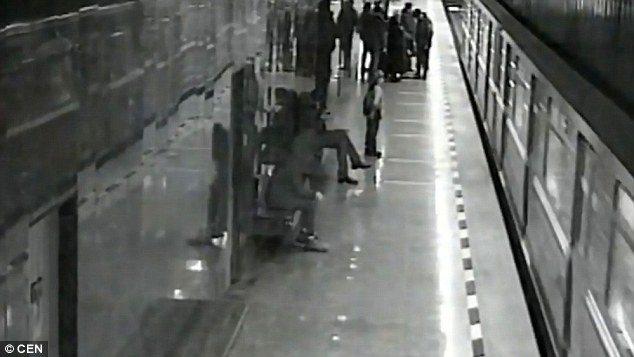 Cade sui binari mentre gioca con telefonino: pendolare gli salva la vita 2