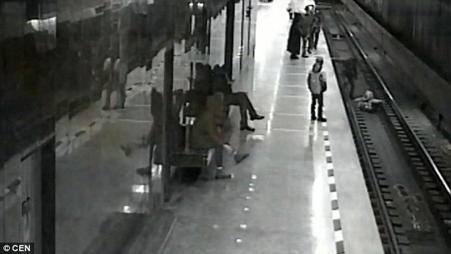 Cade sui binari mentre gioca con telefonino: pendolare gli salva la vita 3