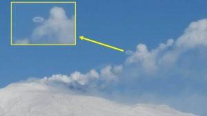 Anelli di fumo, il fenomeno durante l'eruzione del vulcano Etna