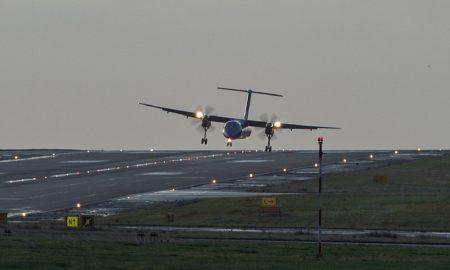 Vento forte sposta aereo a Leeds l'atterraggio è obliquo