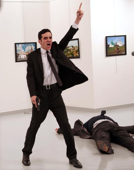 World Press Photo, vince Burhan Osbilici per scatto omicidio ambasciatore russo FO