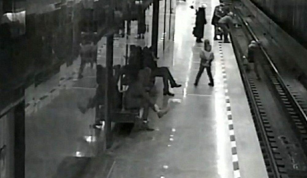Cade sui binari mentre gioca con telefonino: pendolare gli salva la vita