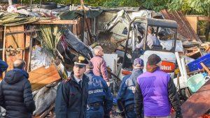 """Torino, """"agenti esposti ai veleni del campo rom"""": la denuncia del sindacato dei vigili finisce in procura"""
