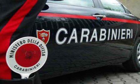 Minaccia la moglie con le forbici: la figlia di 12 anni chiama i carabinieri