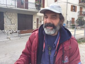 Enzo Rendina non abbandona il paese dopo il terremoto: portato in caserma