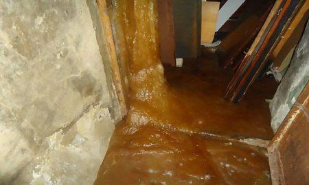 Tubo di scarico rotto colata di feci e urina congelata nel palazzo russo77