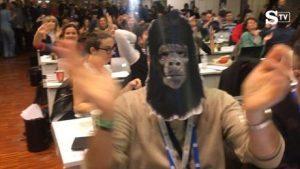 Giornalisti scimmiette: ola a Francesco Gabbani in sala stampa a Sanremo