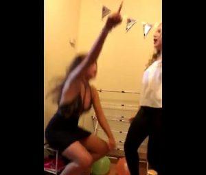 La ragazza balla e si abbassa ma...