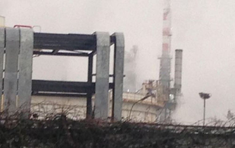 Un altro incendio nella raffineria Eni di Sannazzaro