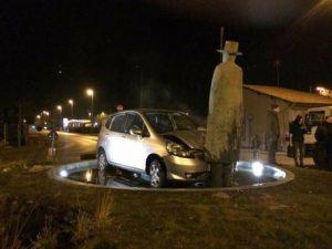 """Sfascia la sua auto contro una statua e ride: """"Sono di fuori come una campana. Ho bevuto"""""""