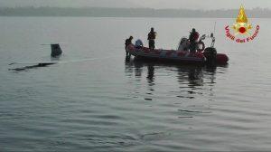 Varese, problema al decollo: aliante finisce nel lago