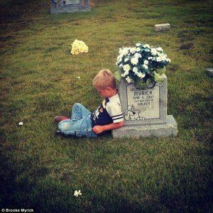 Va sulla tomba del fratello gemello per raccontargli il primo giorno di scuola