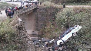India, pullman di turisti cade in fiume: nove morti, almeno venti feriti