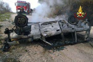Arcevia, auto finisce fuori strada e prende fuoco: muore padre, ferita la figlia