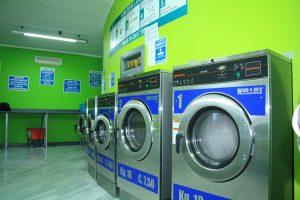 Mettono la figlia di 15 mesi in una lavatrice a gettoni: arrestati