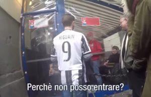 YOUTUBE Tifoso Juventus con maglietta di Higuain va in giro per Napoli