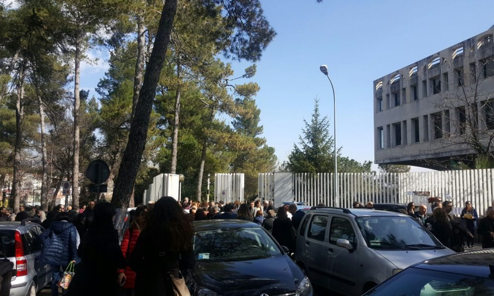 Teramo, allarme bomba al Tribunale: uffici sgomberati FOTO