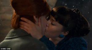 Il bacio saffico tra Delia e Patsy nella serie Bbc L'amore e la vita