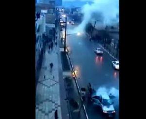 YOUTUBE Fulmine colpisce auto in corsa: passeggeri illesi