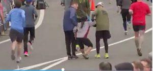 Philadelphia, donna sfinita alla mezza maratona: corridori la sorreggono fino al traguardo