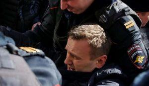 Mosca, oppositore Navalny fermato durante protesta anticorruzione. Folla assalta blindato