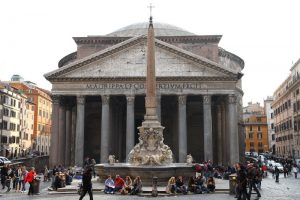 Roma: danneggia due candelabri al Pantheon, fermata dai carabinieri