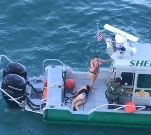 Ragazze su moto d'acqua stanno per essere travolte da crociera: guardia costiera le salva 5