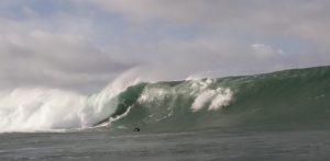 YOUTUBE Surfista travolto dall'onda: è sua la caduta peggiore dell'anno