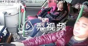 YOUTUBE Autista del bus si addormenta alla guida: schianto terribile