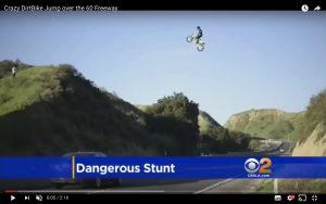 Moto vola sopra autostrada: impresa dello stuntman (VIDEO)