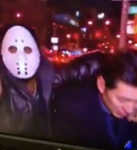 Rissa in diretta tv: uomo mascherato aggredisce il reporter VIDEO